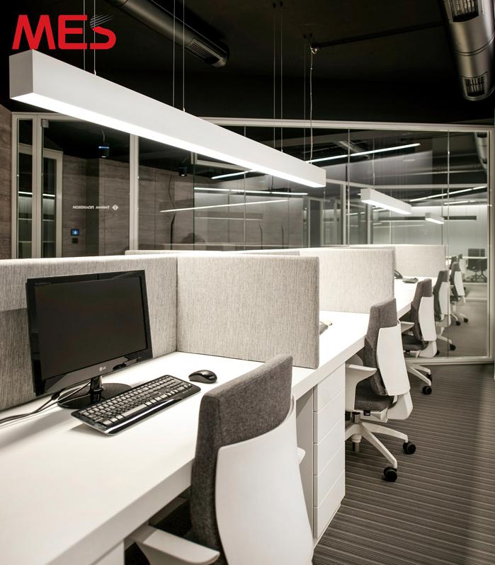 Đèn led thanh treo thả tại bàn làm việc